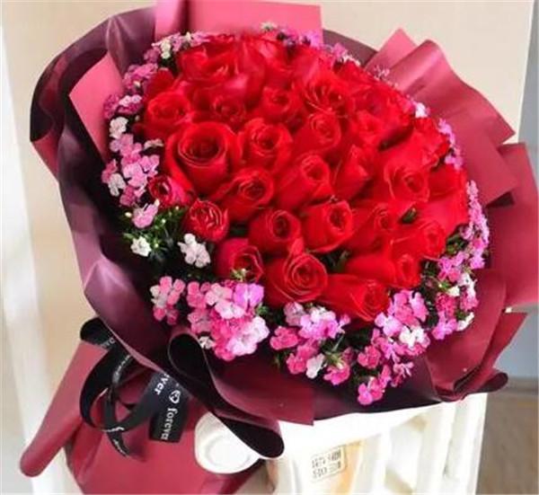 33朵玫瑰一般要多少钱 33朵玫瑰代表什么意思